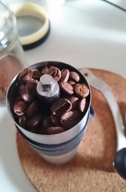 マイルドカルディを挽くと回すの重いけど深煎りの豆は軽く回せる