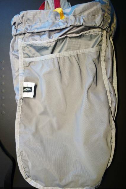 裏返した内側はパットを入れるメッシュポケットがある。