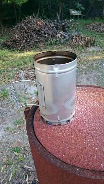 ダブルエントツ効果(そんなのないけど)を狙ってドラム缶の上で炭熾し