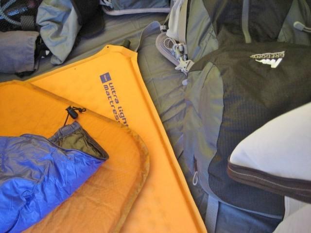 テント内を適当に散らかしてゴチャゴチャ