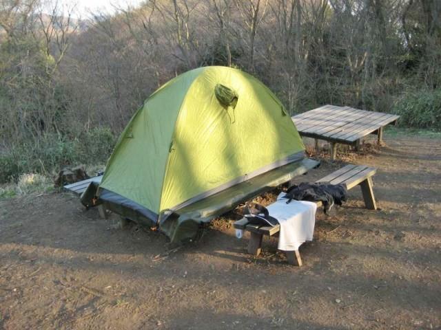 疲れたので日暮れ前からテントに潜り込んで寝る