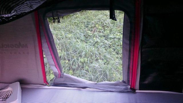 ドアの内側にもう一つチャックで開けられるドアがあるのでこれを上げ下げして雨の侵入を防ぐ
