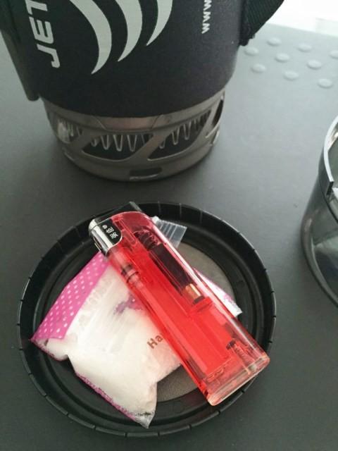 カップとメッシュに空洞ができるのでライターとパウダーとコーヒー粉を収納