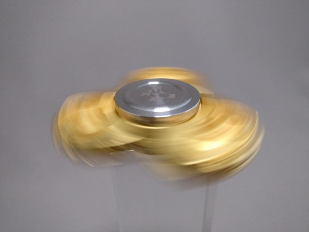 ジャイロ(Gyro)3連GOLD ハンドスピナー 回す ズーム1