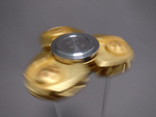 ジャイロ(Gyro)3連GOLD ハンドスピナー 回す ズームななめ