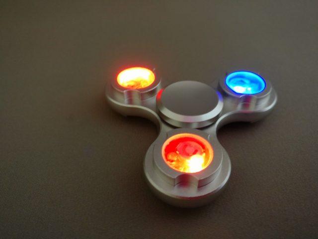 Tri-spinner LEDライト ハンドスピナーライト点ける 裏