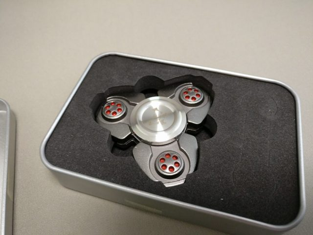 ジャイロ(Gyro)3連Fidget Spinner  ブラック 開ける