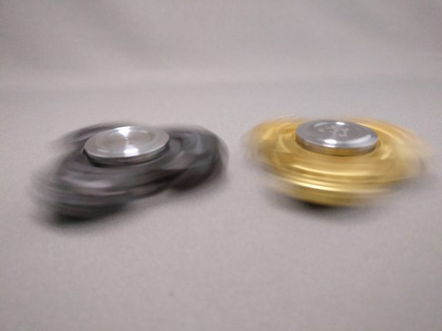 ジャイロ(Gyro)3連Fidget Spinner BLACK  ゴールド 回す2
