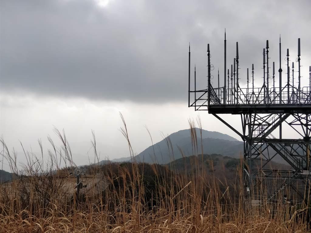 三郡山 レーダー施設 山頂 雲行き