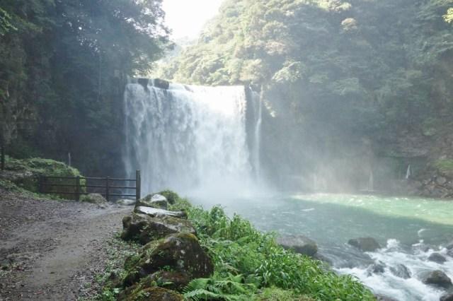 巨大な大滝がある