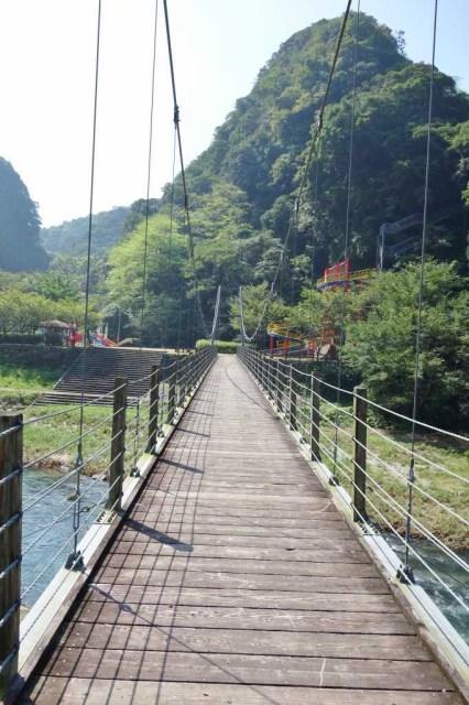 滝の手前には吊り橋があり