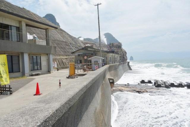 海辺にあって満潮時なので波がザバザバ来てダイナミックな光景