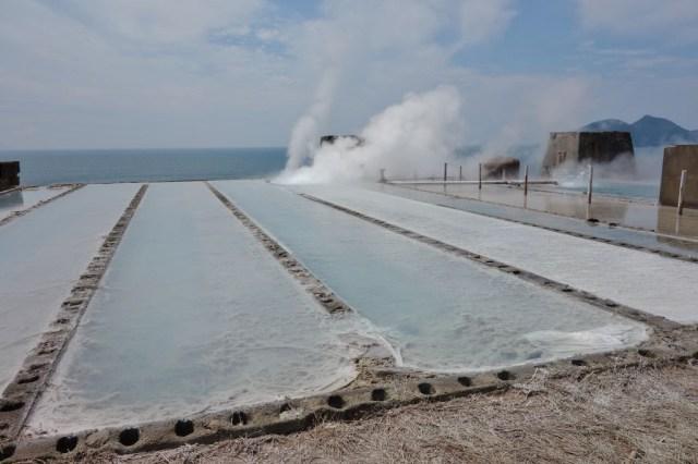 塩田だと思う。海水を温泉のお湯で塩にする