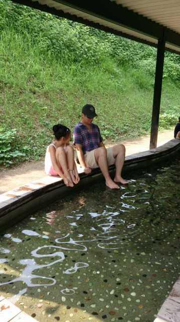 湧き水の足水、冷たすぎるぅ