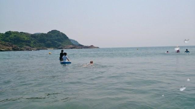 ラッコ泳ぎをしながら沖の方まで泳ぐ