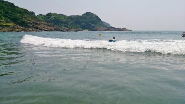 波は子供が遊べるくらいのユルイ波