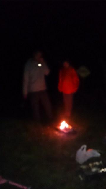 寒くてジャケットを着てキャンプファイヤー