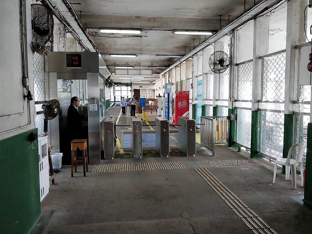 香港 スターフェリー  改札